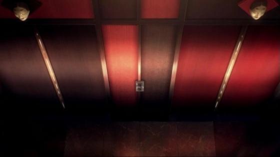 Reparando que ambas as caras em cima das portas de ambos os elevadores estão iguais.